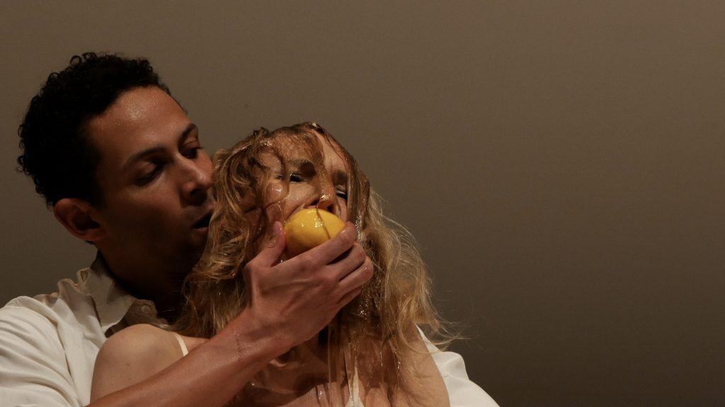 Julie Shanahan und Jonathan Fredrickson in Masurca Fogo von Pina Bausch - Tanztheater Wuppertal ©Klaus Dilger