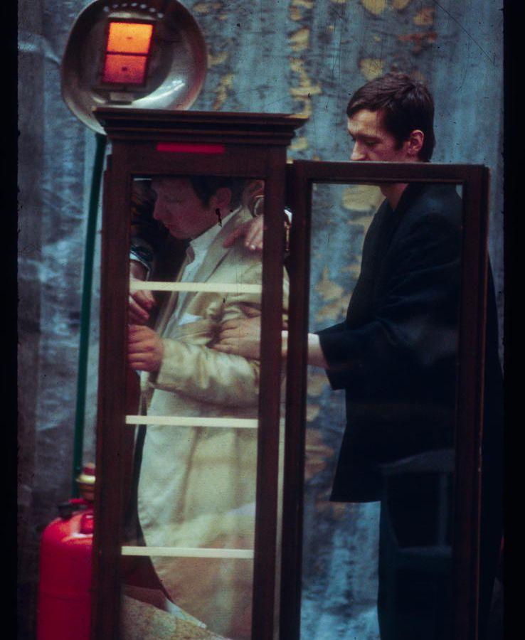 Er nimmt sie an der Hand und führt sie ins Schloss, die anderen folgen © Ulli Weiss