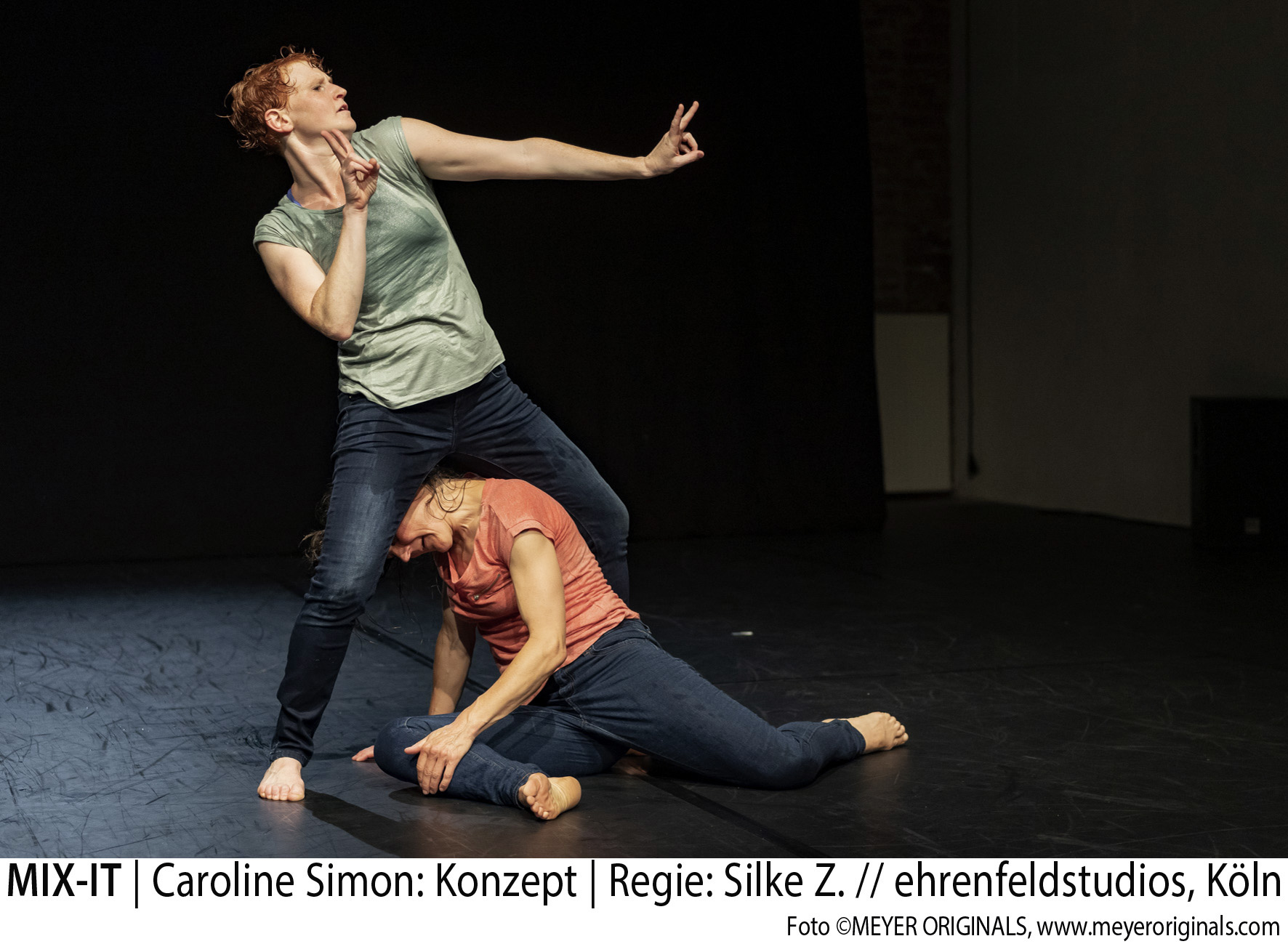 MIX-IT Caroline Simon: Konzept / Performance in Zusammenarbeit mit: Ulrike Doszmann: Performance Silke Z.: Regie / Dramaturgie Lichtdesign: Garlef Keßler Veranstaltungsort: ehrenfeldstudios, Wissmannstrasse 38, 50823 Köln
