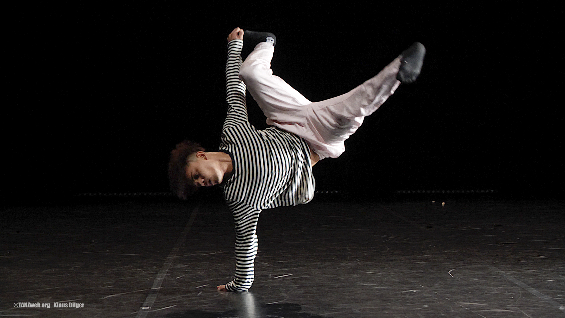 Fabien-Prioville_POWER-MOVES©TANZweb.org_Klaus-Dilger
